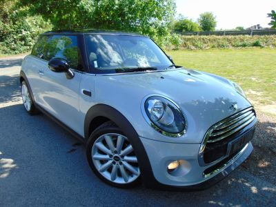 Mini Hatchback 1.5 Cooper D 3dr Auto (CHILI Pack! Media XL Pack! ++) Hatchback Diesel White Silver MetallicMini Hatchback 1.5 Cooper D 3dr Auto (CHILI Pack! Media XL Pack! ++) Hatchback Diesel White Silver Metallic at Williams Group Maidstone